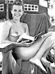 Girl-reading-naked